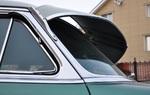 Тонировка стекол в те времена еще не была в ходу даже на люксовых автомобилях, зато для защиты от солнца и в какой-то мере от дождя могли применять вот такой размашистый козырек