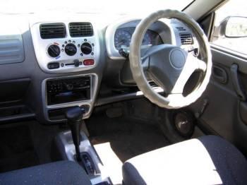 Suzuki Swift | «Бюджетный тюнинг» салона: панели покрасил серебристой краской, колонки врезал прямо в дверные карманы, вместо убогого штатного кассетника поставил Sony с mp3 и маленький сабвуфер в багажник