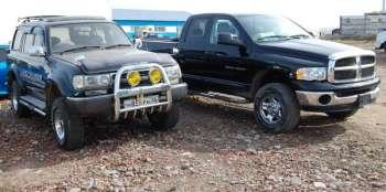 Не бараний вес | Фото для уточнения масштабов. Задние бамперы Ram и LC80 расположены на одной линии, высота «американца» стандартная, тогда как «японец» заметно лифтован