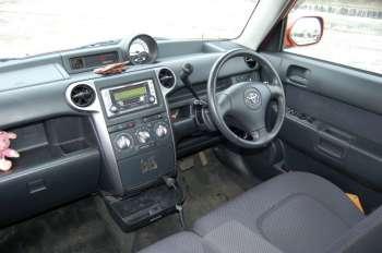 Toyota bB | Нарочитая брутальность передней панели — синоним стиля, который в состоянии отвлечь водительское внимание от не самых, прямо скажем, дорогих материалов
