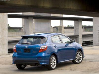   Изюминкой стилистики нового поколения Toyota Matrix можно считать маленькие узкие окошечки по бокам заднего стекла