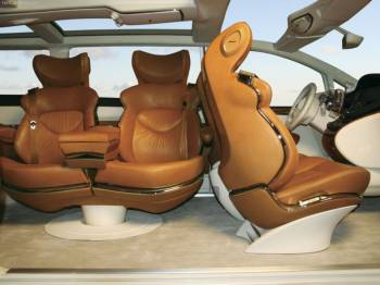 Nissan forum | Кресла первых двух рядов, несмотря на свою явную профилированность, вызывают ассоциации не со спортивностью, а с комфортом и релаксацией