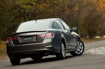 Honda Inspire | В оформлении кормы Inspire чувствуется влияние стиля Lexus и BMW. И ничего зазорного в этом нет, поскольку обе эти марки — достойные конкуренты и самой Honda, и ее премиум-бренду Acura