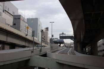 Япония | Ниже и вдоль этой дорожной развязки течет река. И почему, спрашивается, пространство над ней должно пропадать, не лучше ли пустить над ее руслом очередную ветку Expressway?