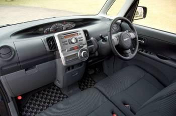 Daihatsu Tanto | Интерьер обновленных машин получил выделенную отдельным блоком центральную консоль с алюминиевым декором, а в целом стал легче и элегантнее