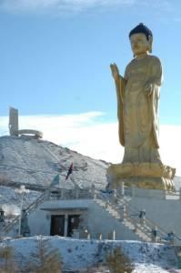 Монголия | Статуя молодого Будды у подножия мемориального комплекса Зайсан