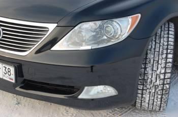 Lexus LS460L   Под прозрачными рассеивателями — большие и «умные» передние фары, снабженные системой «заглядывания» за поворот и меняющие направление и конфигурацию светового пучка в зависимости от скорости