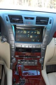 Lexus LS460L   Работа большинства «комфортных» систем автомобиля может регулироваться легкими прикосновениями к 8-дюймовому сенсорному дисплею Electro Multi-Vision (EMV)