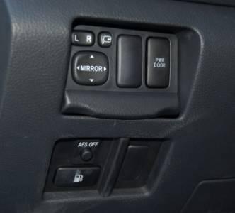 Lexus RX400h | В «нерабочем» положении блок управления наружными зеркалами спрятан за крышкой — незнание этого приводит к долгим поискам по всему салону