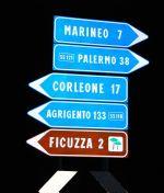 Третий по счету указатель ведет не к культовому персонажу кино с самой известной за пределами Сицилии фамилией, а в одноименный городок   Сицилия