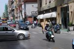 Улицы сицилийских городов узкие, а темп движения настолько сумасшедший, что от водителя-иностранца они требуют не только устойчивых навыков маневрирования в ограниченном пространстве, но и большого запаса хладнокровия. На снимке — центральная «магистраль» мил   Сицилия