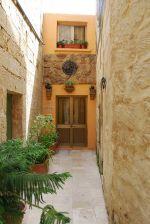 Мальтийские дома построены так плотно, что промежутка между ними нет, как нет и садового участка. Зато почти всегда присутствует внутренний дворик | Мальта