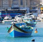 Небольшие лодки с высоко задранными носами, расписанные жизнерадостными красками, называются luzzi (туристы все упрощают, называя их мальтийскими гондолами). Удивительно, но при фанатичном католицизме мальтийцев по обе стороны от носа расположены резные или н | Мальта