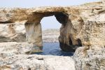 Оказывается, не только вода, но и ветер камень точит. Один из величайших памятников природы — гигантская естественная скальная Azure Window, образовался в результате выветривания. Россиянам «Лазурное окно» должно быть знакомо по фильму Михалкова-Кончаловского | Мальта