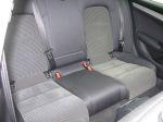 Спинка дивана не отличается выраженным рельефом, однако тканевые вставки красноречиво свидетельствуют — третий тут будет лишним | Audi A4