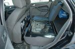 Спинки передних сидений ложатся только внахлест, зато задние сиденья складываются легко, быстро и ровно, открывая большой сквозной проем | Ford Focus
