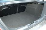 Несмотря на поднятый пол, багажник остается вместительным, в том числе благодаря компактной конструкции подвески, но под полом пенопластовая «плита» с ячейками заметно мельче, чем у хэтчбеков | Ford Focus