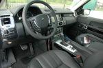 Интерьер у Range Rover монументальный, а на большой цветной ж/к-дисплей кроме всего в наглядном и активном режиме выводится работа трансмиссии и пневмоподвески | Land Rover