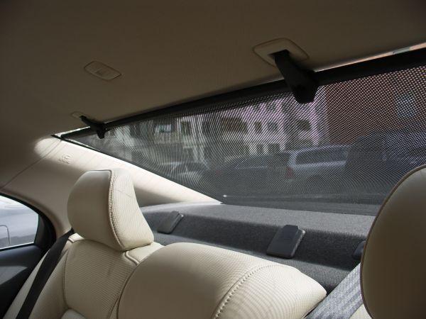 Почему на заднем стекле легкового автомобиля разрешено устанавливать не прозрачную шторку
