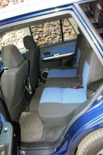 Относительная теснота на заднем сиденье — последствие продольного расположения силового агрегата. Во всяком случае одноклассники с «поперечниками» здесь просторнее | Suzuki Escudo & Honda CR-V