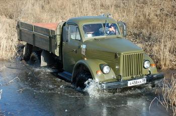 ГАЗ-63 | А лужа-то по ступицы, а подо льдом не застывшая еще болотинка, однако 63-й довольно непринужденно бороздит этот «водоем», правда, на выходе потребует небольшого разгона. Для 37 лет простительно. В конце концов, если бы было, чем качественно зацепиться…