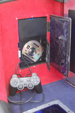 Игровая приставка PlayStation в левой нише багажника Civic вызывала постоянный и неподдельный интерес посетителей БМШ — от желающих поиграть просто не было отбоя | Honda Civic Ferio RS / Nissan Skyline