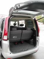 Даже в восьмиместной конфигурации салона за спинками третьего ряда остается место для двух-трех чемоданов или дорожных сумок | Nissan Serena