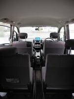 Сдвижная центральная секция среднего дивана позволяет организовывать проход как между первыми двумя, так и между последними рядами сидений | Nissan Serena