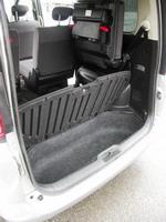 Увеличение объема багажника можно осуществить не только за счет складывания дивана третьего ряда, но и благодаря весьма большой подпольной нише, объем которой не меньше багажника иного малолитражного хэтчбека | Nissan Serena