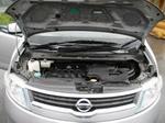 Небольшой проем короткого капота затрудняет доступ к двигателю, зато мотор практически не пачкается | Nissan Serena