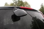 Дополнительное зеркало над задней дверью помогает контролировать расстояние от заднего бампера до препятствия при парковках и с успехом заменяет парктроник | Nissan Serena