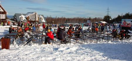 Байкальск | Горнолыжный курорт работает с начала ноября до начала мая! Но «бархатным» сезоном считается период с 8 марта по 12 апреля. Внизу уже начинает зеленеть трава, а здесь еще создается искусственный снег. В это время возрастает стоимость и наблюдается максимальный