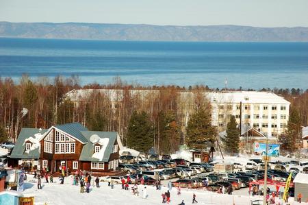 Байкальск | Не приезжающие пока массово иностранные гости (все-таки, по их понятиям, наш курорт несколько «не дотягивает») в основном стремятся увидеть «чудо природы» — незамерзающую до середины-конца января «большую воду». Катаются и купаются!