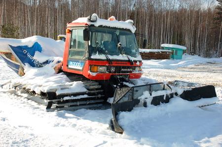 Байкальск | Один из старичков Pisten Bully уже на приколе. Но вдумайтесь — за рубежом и в Байкальске он отработал без малого 30 лет, а второй пашет снежную целину до сих пор