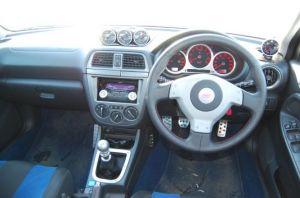 Subaru Impreza WRX STi | Все по-боевому просто и понятно. А единственное, что может потребовать «эстетического» вмешательства — датчик наддува справа от рулевой колонки: уж слишком незамысловато он закреплен на передней панели