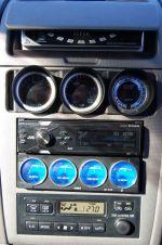 Нельзя сказать, что «музыкальная этажерка» в центральной консоли смотрится органично, но с возложенными на них функциями все приборы и устройства справляются | Toyota Caldina Black Fire