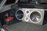 Несмотря на массивный корпус сабвуфера, багажник Caldina по-прежнему не утратил свое практическое назначение. К тому же «музыку» можно и убрать — перед гонками, например, так и происходит | Toyota Caldina Black Fire
