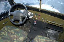 ГАЗ-69 TD27T-1 | На первый взгляд кажется, что в салоне сохранена полная аутентичность. С одной стороны, так оно и есть. Однако в штатном виде горб под передней панелью, сформированный коробкой передач, здорово сужает жизненное пространство. При TD27 в первом варианте он разр