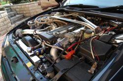 Toyota Chaser | Подкапотное пространство Chaser — отдельный разговор: царство хрома, чистоты и многочисленных девайсов, украшенных лейблами именитых японских ателье