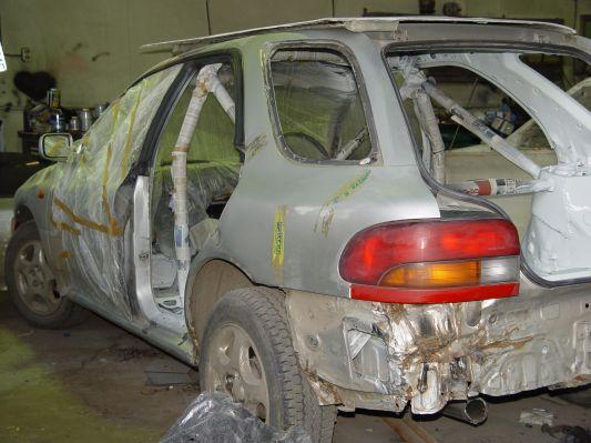 Subaru Cross Sport Евгения Корешкова | Начался плотный процесс перерождения банальной Impreza в Cross Sport. Установка каркаса, разборки с проводкой, облегчение кузова и долгая муторная подготовка кузовщины к покраске — руками, «болгаркой», наждачкой