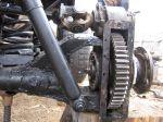 На этом фото Александр запечатлел процесс создания колесных редукторов. Видна большая шестерня от первой передачи камазовской коробки. Выше нее, там, куда входит луазовский приводной вал, стоит шестерня, заимствованная с заднего дифференциала трактора ТТ-4 | Вездеход «Есаул»
