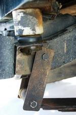 Это, собственно, элементы лифта — проставки между рамой и кузовом и немного удлиненные задние серьги (передние остались штатными) с рессорами, имеющими более крутой изгиб. В целом они дали порядка 16 см и позволили поместить в арки 35-дюймовые колеса. С запас | Jeеp Wrangler