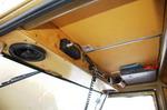 Внутреннее пространство оформлено не без претензии на оригинальность. Например, в этой полочке расположен замок зажигания. Под крышей же находятся усилитель и конденсатор аудиосистемы. Последняя, между прочим, потребовала установки второго аккумулятора (он бы | АRO M461