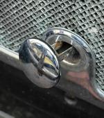 Отверстие для «кривого стартера» прикрывает хромированная заглушка | Dodge DA Sedan