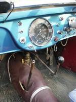 Спидометр Tatra-57 расположен по центру, вокруг него, а равно и вокруг рулевой колонки расположились многочисленные сервисные кнопки, тумблеры и краники. Рычаг коробки передач в силу специфичной формы требует привыкания при переключении | Tatra 57A Sport