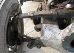 Рычажные амортизаторы совершенно не бросаются в глаза и предельно компактны. Их корпус закреплен на кожухе воздуховода охлаждения цилиндров | Tatra 57A Sport