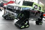 То же самое с версиями на гусеничном ходу. На первый взгляд — честный утилитарный снегоболотоход, но открываешь створку багажника, а там полный акустический арсенал | SEMA Show