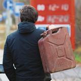Налоги составляют более половины стоимости литра бензина в России