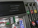 Бензин в России продолжит дорожать в мае и июне