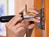 Какие задачи выполняет мастер по установке дверей